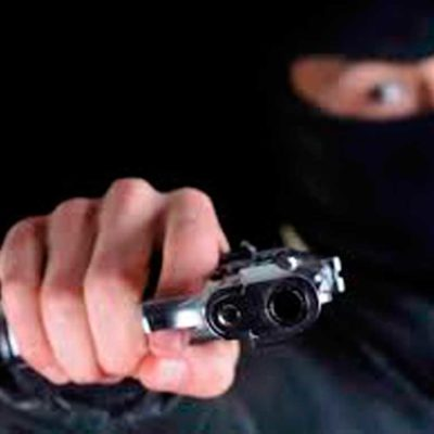 Irrumpen empistolados en domicilio de empresario; le arrebatan 120 mil pesos en efectivo y una camioneta