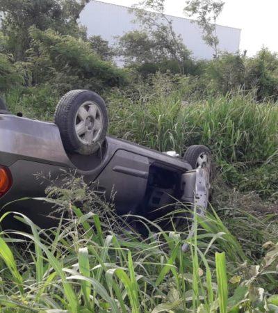 Vuelca auto y su conductora, aun atrapada en el interior, coordina su rescate y traslado al hospital