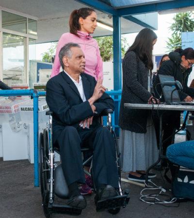 Sacan a Fidel Herrera de fila en casilla especial; quería votar primero por acudir en silla de ruedas