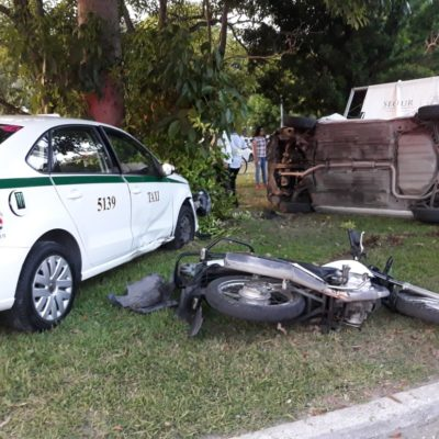 Roba taxi y lo estrella en el bulevar Bonampak