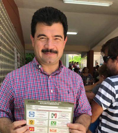 El panista Gustavo Ortega vota por PRI