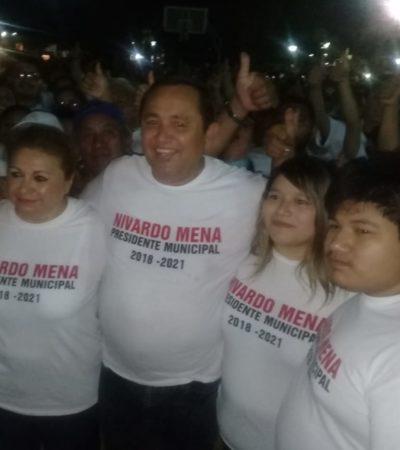 Nivardo Mena festeja al declarar su triunfo en Lázaro Cárdenas