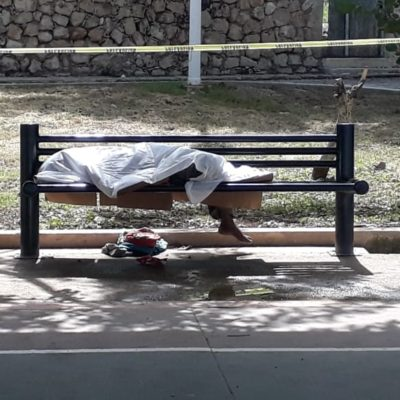 Fallece indigente alcohólico en banca de un parque en Campeche