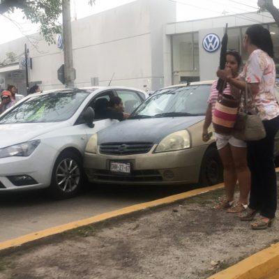 Sorprende esposa a supuesto infiel viajando con dos mujeres y provoca choque para que se detenga