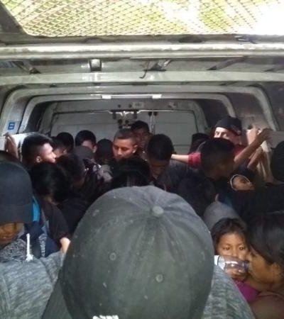 Huyen 'polleros' al ser descubiertos traficando 53 migrantes en una camioneta tipo van