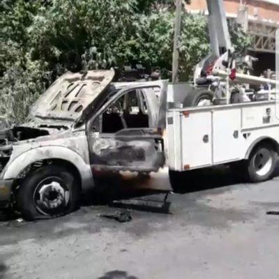 Ante la mirada atónita de dos niños un camión de la CFE se incendia en Supermanzana 18