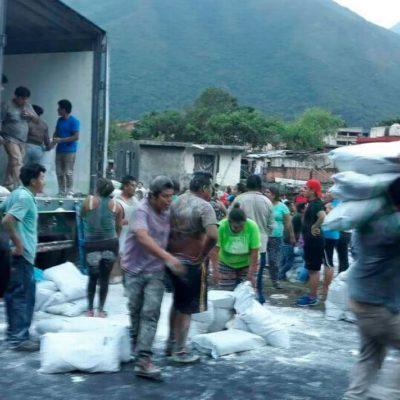 Rapiñan pobladores sacos de harina e ignoran libros en dos volcaduras de tráileres en Veracruz