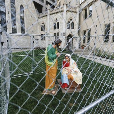 Enjaulan 'Sagrada Familia' en protesta por política migratoria de Trump