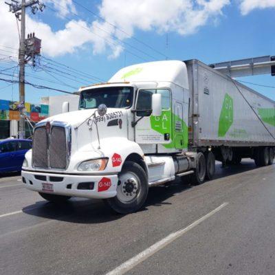 Al girar, tráiler desprende semáforo en la Portillo; interviene policía municipal y tránsito