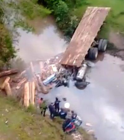 Cae camión pesado a un barranco y mueren su conductor y un acompañante en Chiapas