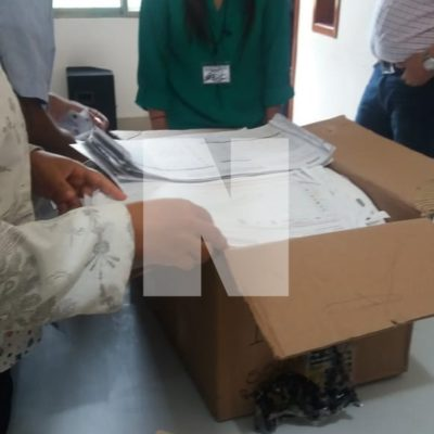 Entrega INE al Consejo Electoral del Ieqroo en Playa del Carmen documentación de la elección local que apareció en paquetes electoralesde la elección federal