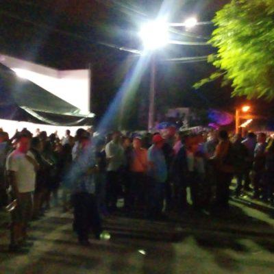 """""""TODA LA NOCHE SI ES POSIBLE"""": Militantes de las alianzas que disputan la Alcaldía de Carrillo Puerto mantienen guardias permanentes afuera del consejo del Ieqroo"""