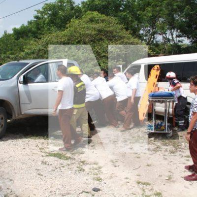APARATOSO ACCIDENTE EN LA CANCÚN-PUERTO MORELOS: Choca Van contra camioneta con saldo de al menos 6 heridos