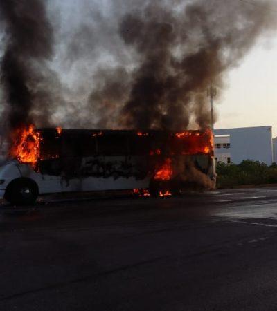 Consume incendio autobús de personal a la altura de la Universidad de Quintana Roo en Cancún