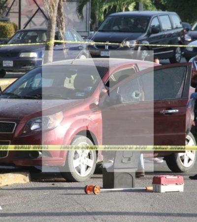 ATAQUE EN LA ENTRADA A LA ZONA HOTELERA DE CANCÚN: Rafaguean vehículo en el Kilómetro Cero con saldo de dos personas heridas