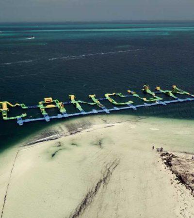 LA POLÉMICA DE LOS 'INFLABLES' EN PLAYA LANGOSTA: Concurrido balneario de Cancún opera con normalidad pese a los cuestionamientos por parque acuático