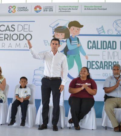 Entrega Remberto Estrada segundo pago de becas a estudiantes en Cancún
