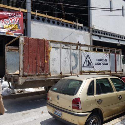 Trabajadores municipales retiran escombro para empresa particular