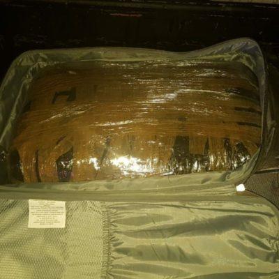 Una maleta con presunta droga causa detención de tres personas