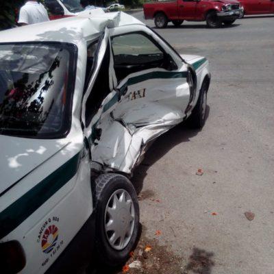 Camioneta conducida por albañil embiste taxi y lesiona a operador y tres pasajeros en Cancún