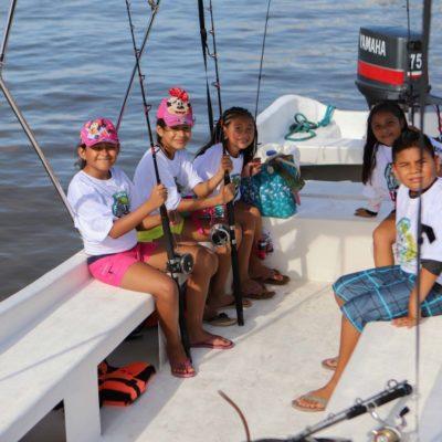 Niños y jóvenes de Puerto Morelos practican, en alta mar, pesca deportiva donde aprenden a capturar y liberar especies marinas