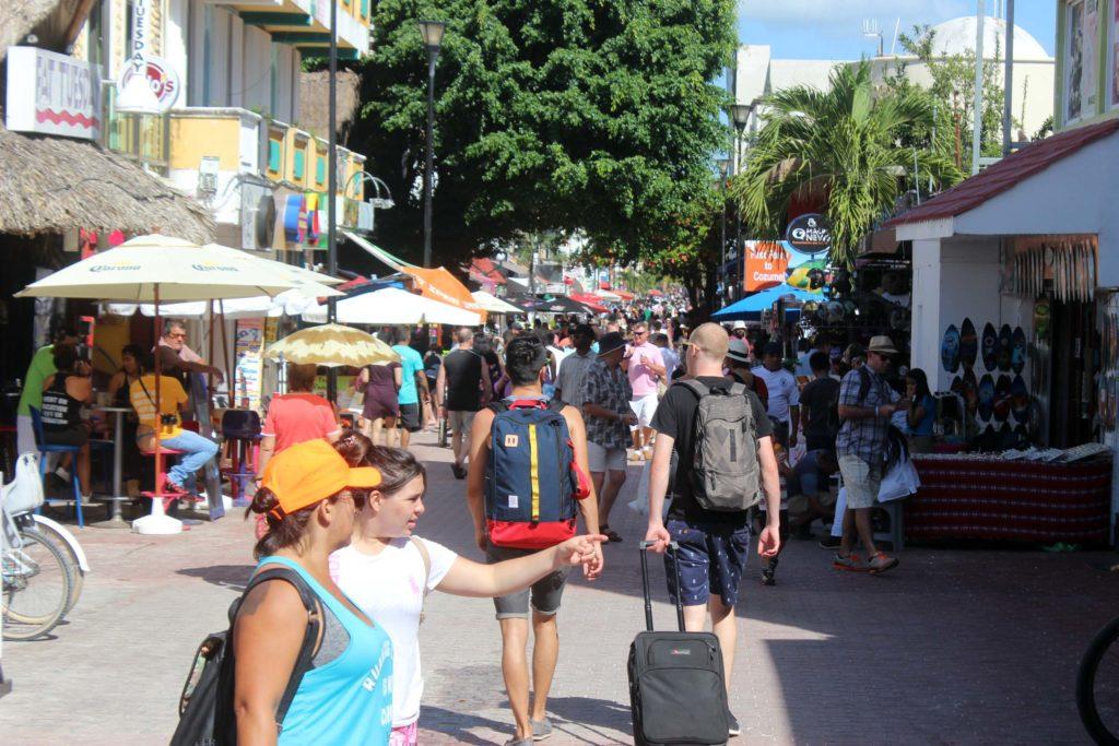 Inician vacaciones de verano con 89% de ocupación hotelera en Playa del Carmen; empresarios temen que presencia de sargazo ahuyente al turismo