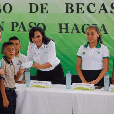 Entrega Laura Fernández becas a estudiantes de Leona Vicario