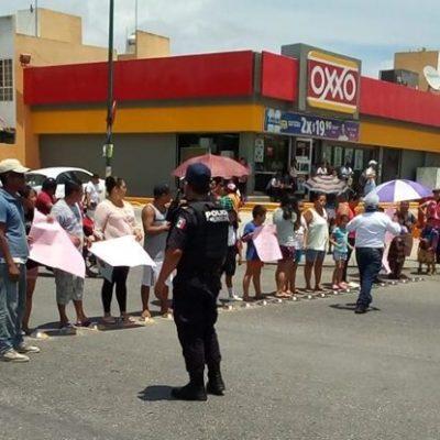 Padres de familia y alumnos de la escuela Héroes de México se manifiestan por falta de maestros en Villas del Sol