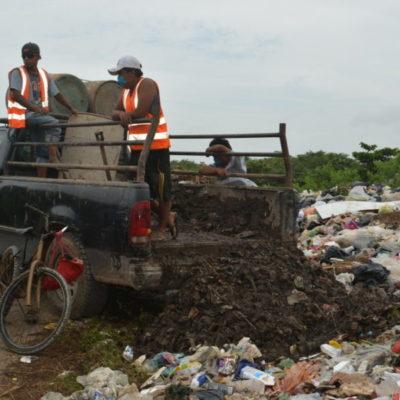 Ejidatarios de JMM sorprenden a trabajadores del Ayuntamiento cuando intentaban verter desechos de alcantarillas en carretera