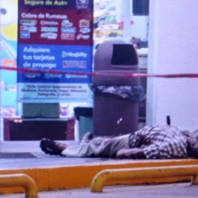 Muere pedigüeño a balazos en las puertas de un comercio; además, le clavan un cuchillo en el pecho