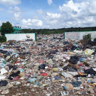 El basurero de José María Morelos colapsó por falta de mantenimiento; trabajadores acumulan la basura en el camino de acceso por falta de espacio