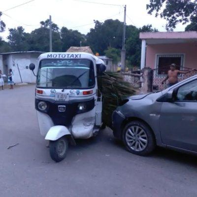 Chocan coche y mototaxi en Tihosuco