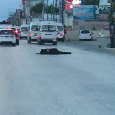 DISPARAN CONTRA UN CUSTODIO EN CANCÚN: A mitad de la Avenida López Portillo, lo dejan herido de bala con una presunta narcomanta