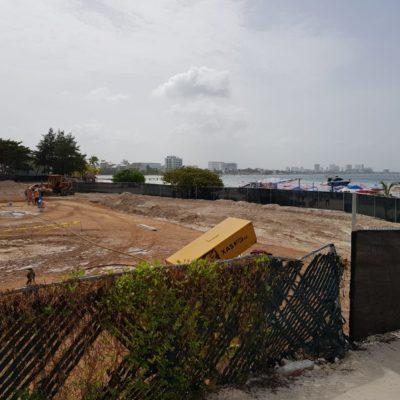 """""""NO SON AGUAS NEGRAS, PERO…"""": Cierra Cofepris Playa Langosta ante derrame de fosa séptica de hotel en construcción"""