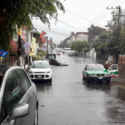 Colapsa tormenta drenaje en Xalapa; daños a viviendas y vehículos por encharcamientos
