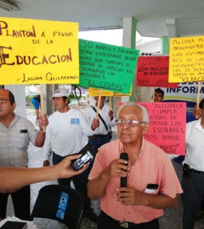 Con plantón en el palacio municipal, regidor de OPB exige el pago de 202 becas escolares para niños de zonas marginadas