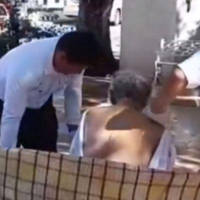 Bañan policías a indigente en parque de Campeche; el hombre, de 75 años, vive en el abandono