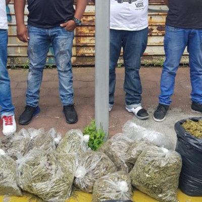 Sorprenden a sujetos con sendas bolsas de mariguana cuando se disponían a comercializarla