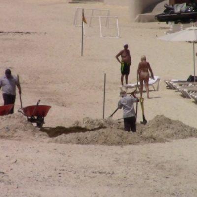 Entierran sargazo directamente en la arena en Playa del Carmen