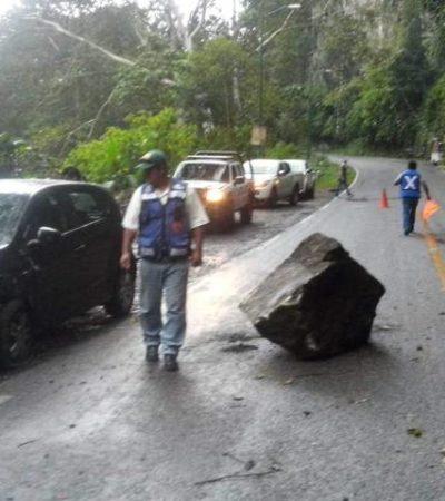 SUSTAZO: Enorme roca se desprende de la cima de una barranca y golpea auto en Veracruz