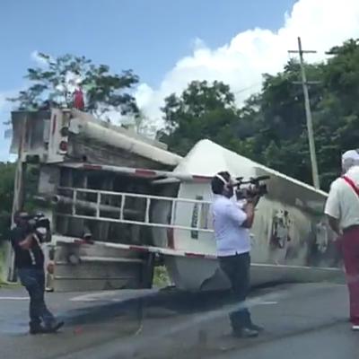 Camión de carga se sale de la carretera