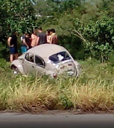 ACCIDENTE TRAS NOCHE DE FIESTA EN PROGRESO: Enderezan jóvenes sedán semi volcado y tratan de ponerlo otra vez en la carretera