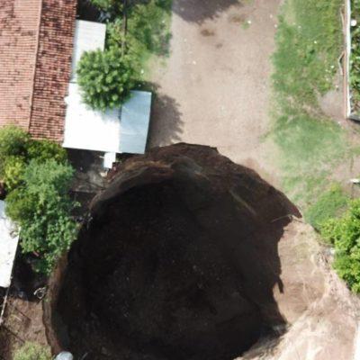 Provoca socavón, de 80 metros de profundidad, desalojo de 27 casas y dos escuelas en Guerrero