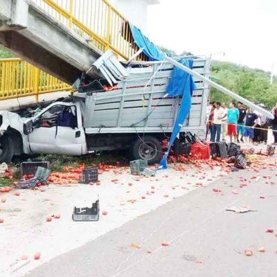 Pierden tres la vida en choque frontal de su camioneta contra puente peatonal en Chiapas