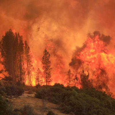 Incendio en California se convierte en 'tornado de fuego'; arrasa más de mil casas y causa 6 muertes