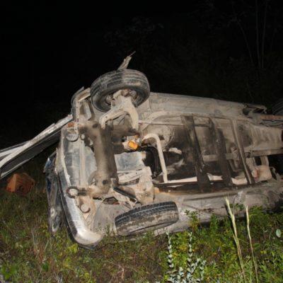 Deja cuatro lesionados choque de camioneta contra tráiler volcado