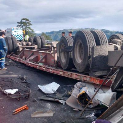 Cobra una vida más la 'curva del diablo en Xalapa'; pobladores saquean el tráiler volcado