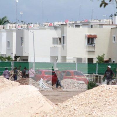 Ejecutan a una persona mientras circulaba sobre la Av. 135 de Cancún; al menos seis impactos de bala recibió el vehículo con placas del estado de Chiapas
