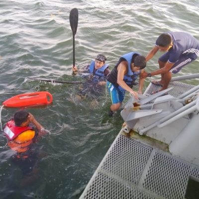 Rescata Marina a dos personas a la deriva en Mahahual