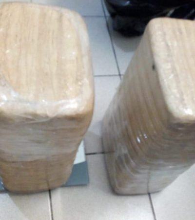 Detienen en filtro carretero de Cancún a dos hombres con 20 kilos de marihuana y un arma